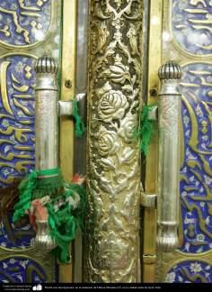 Tor mit Inschriften in dem Schrein des Fatima Masuma - In der heiligen Stadt Qom - 97 - Islamische Mosaiken und dekorative Fliesen (Kashi Kari) - Die Stadt Qom in Iran - Foto