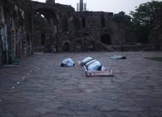 Muçulmanos da Índia praticando a oração no mês Sagrado do Ramadã