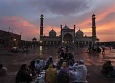 Linda imagem de uma mesquita na Índia e muçulmanos no patio quebrando o jejum do Ramadã
