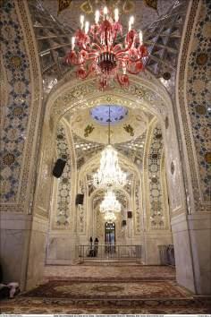 Lustres e o mosaico fazem parte da pela ornamentação da sala Dar al-Hedaya (a Casa da Guia)- Santuário Imam Rida (AS)