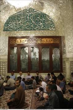 Os peregrinos em ritos religioso na Sala Dar al-Ikhlas (a Casa de Ikhlas) - Santuário do Imam Rida (AS)