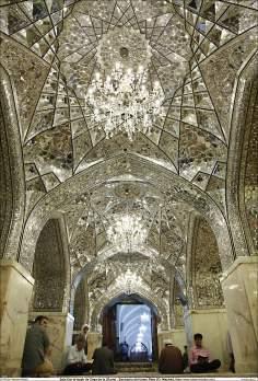 Peregrinos lendo o Alcorão na sala Dar al-Izzah (a Casa da Glória) - Santuário do Imam Rida (AS) Mashad - Irã