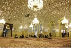 Alguns peregrinos lendo o Alcorão Sagrado na Sala Dar az-Zuhd (Casa do ascetismo) Santuário do Imam Rida (AS) - Mashad Irã