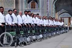 Imam Reza's heiliger Schrein/Hilfe für behinderte und ältere Pilger - Die Stadt Maschhad in Iran - Foto