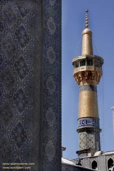 Minarette des heiligen Schreins Imam Reza's (a.s.) in der heiligen Stadt Mashhad, Iran - Islamische Mosaiken und dekorative Fliesen (Kashi Kari) - Foto