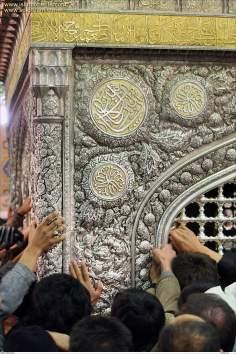 Detalha da bela ornamentação com caligrafia e detalhes em relevo, mausoléu do Imam Rida (AS)