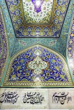 Kalligraphie auf Keramik im heiligen Schrein Imam Reza's, Maschhad-Iran - Islamische Mosaiken und dekorative Fliesen (Kashi Kari) - Die Stadt Maschhad in Iran - Imam Reza - Foto