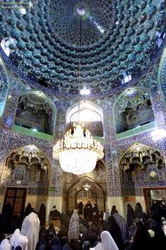 اسلامی معماری - شہر مشہد میں امام رضا (ع) کے روضہ میں ٹائل سے سجا چھت اور زائر خواتین کا مجمع, ایران - ۱۰۶