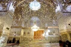Islamische Architektur im inneren des heiligen Schreins Imam Reza`s - Die Stadt Maschhad in Iran - Imam Reza - Foto