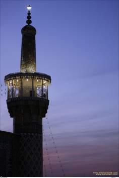 No cair da noite uma bela imagem de um minarete do Santuário do Imam Reda (AS)