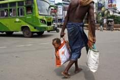 Un homme et son bébé hindoue
