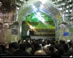 Una vista al mausoleo de del santuario de Fátima Ma'suma en la santa ciudad de Qom, Irán y la gente visitandolo -127