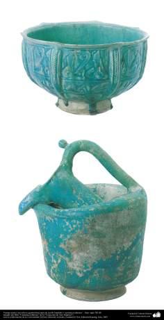Vasijas azules con relieve geométrico( jarra de cuello hundido )- cerámica islámica –  Irán- siglo XII dC.