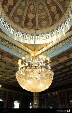 Vista de la lámpara colgante amarilla de la mezquita de Yamkarán, Ciudad de Qom