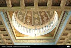 اسلامی فن تعمیر - جمکران مسجد میں چھت کی کاشی کاری اور لٹکا ہوا جھومڑ - شہر قم ، ایران