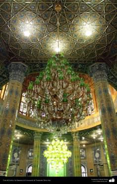 Vista del techo y las lámparas de la mezquita de Yamkarán, Qom, Irán