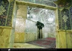 Arquitectura Islámica- Vista del corredor, azulejos y espejos incrustados del santuario de Fátima Masuma en la ciudad santa de Qom, Irán (21)