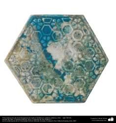 Vista superios de una mesa hexagonal con motivos simétricos; cerámica islámica, Siria –  siglo XIII dC. (50)