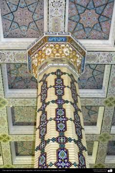 اسلامی فن تعمیر - شہر قم میں جمکران مسجد کے کھمبے پر اسلامی خطاطی اور کاشی کاری (ٹائل) کا ایک نمونہ، ایران - ۱۴۰
