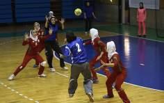 イスラム教徒の女性とイスラム的なヒジャーブ - ハンドボール