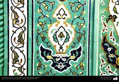اسلامی معماری - شہر قم میں دارالحدیث کے تعلیمی ادارہ میں کاشی کاری (ٹائل) کا ایک نمونہ پہول پتی کی ڈیزاین میں، ایران - ۱