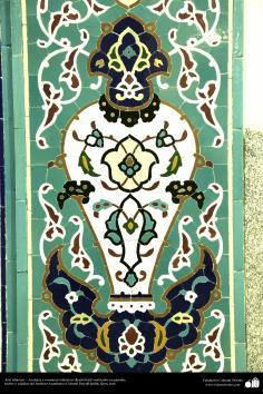 اسلامی معماری - شہر قم میں دارالحدیث کے تعلیمی ادارہ میں کاشی کاری (ٹائل) کا ایک نمونہ پہول پتی کی ڈیزاین میں، ایران - ۱۰