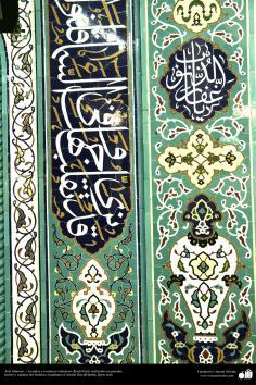 اسلامی معماری - شہر قم میں دارالحدیث کے تعلیمی ادارہ میں کاشی کاری (ٹائل) کا ایک نمونہ پہول پتی کی ڈیزاین میں، ایران - ۱۴