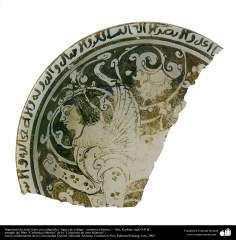 fragmento de plato llano con caligrafía y figura de esfinge– cerámica islámica – Kashan, siglo XII dC. (35)