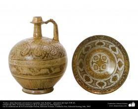Vasija y plato decorado con motivos vegetales; Irán, Kashan –  principios del siglo XIII dC. (4)