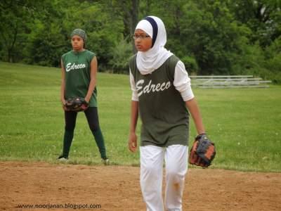 Mujeres árabes jugando softball