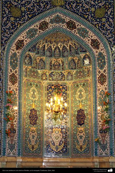 Arco con arabescos con motivos florales, en la mezquita Yamkaran, Qom - 125
