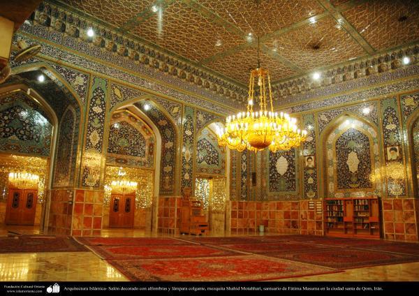 Arquitectura Islámica- Salón decorado con alfombras y lámpara colgante, mezquita Shahid Motahhari, santuario de Fátima Masuma en la ciudad santa de Qom