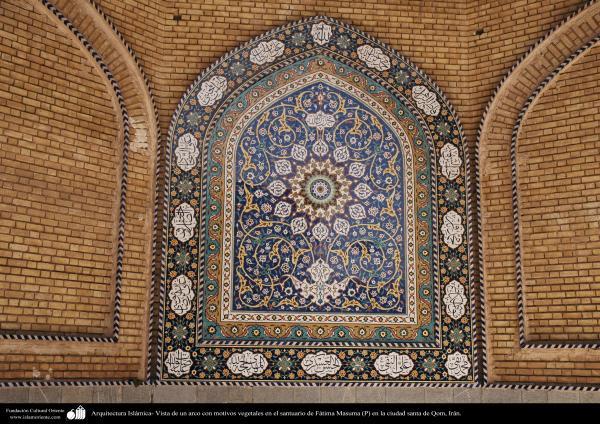 Arquitectura Islámica- Vista de un arco con motivos vegetales en el santuario de Fátima Masuma (P) en la ciudad santa de Qom - 100