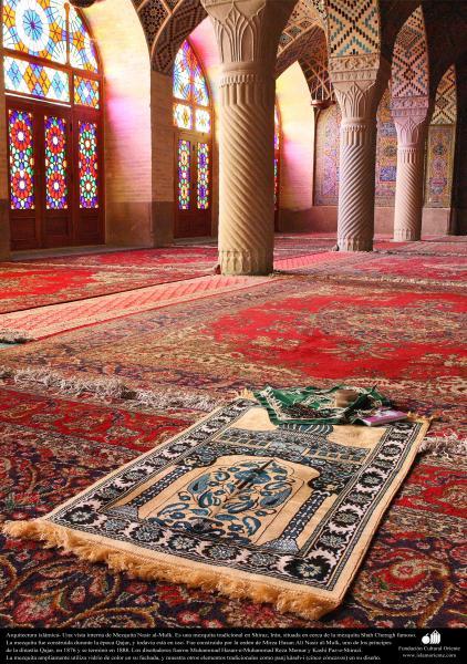 Arquitectura islámica- Una vista interna de la mezquita Nasir al-Mulk en Shiraz, Irán. Se terminó su construcción en 1888 - (17)