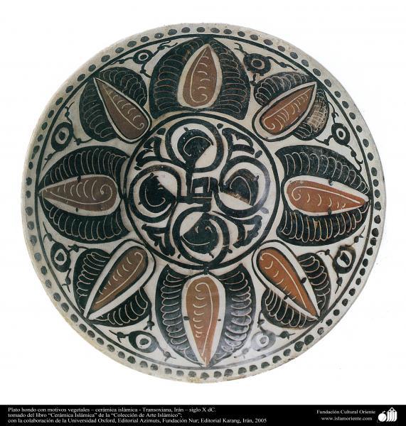 Plato hondo con motivos vegetales – cerámica islámica - Transoxiana, Irán – siglo X dC.