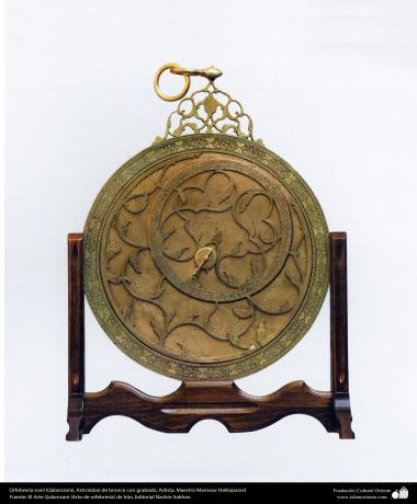 Orfebrería iraní (Qalamzani), Astrolabio de bronce con grabado, Artista: Maestro Mansour Hafezparast -105