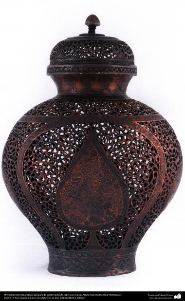 Orfebrería iraní (Qalamzani), Lámpara de aceite hecha de cobre con celosía, Artista: Maestro Mansour Hafezparast -106