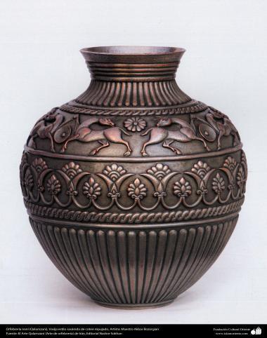 Orfebrería iraní (Qalamzani), Vasija estilo sasánida de cobre repujado, Artista: Maestro Akbar Bozorgian -138