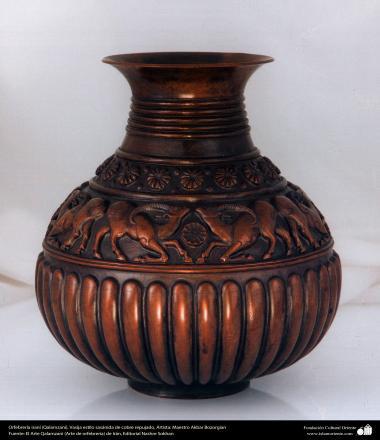 Orfebrería iraní (Qalamzani), Vasija estilo sasánida de cobre repujado, Artista: Maestro Akbar Bozorgian -140