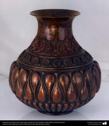 Orfebrería iraní (Qalamzani), Vasija estilo sasánida de cobre repujado, Artista: Maestro Akbar Bozorgian - 141