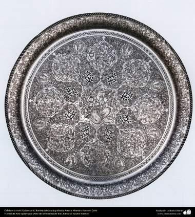 Orfebrería iraní (Qalamzani), Bandeja de plata grabada, Artista: Maestro Hossein Dalvi - 152