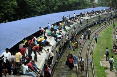 Trenes abarrotados por fin de Ramadán en bangladesh