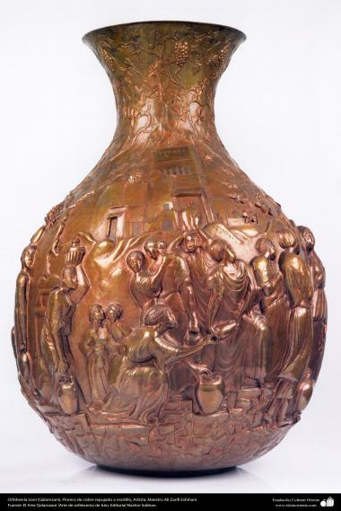 Orfebrería iraní (Qalamzani), Florero de cobre repujado a martillo -61