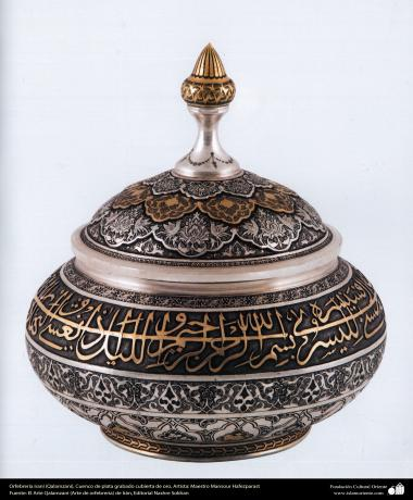 Ourivesaria iraniana (Qalamzani). Bacia de prata gravada,banhada a ouro. Artista: Mestre Mansour Hafezparast - 98