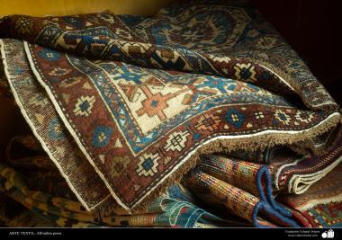 هنر اسلامی - صنایع دستی - هنر نساجی قالی - قسمتی از قالیچه - 106