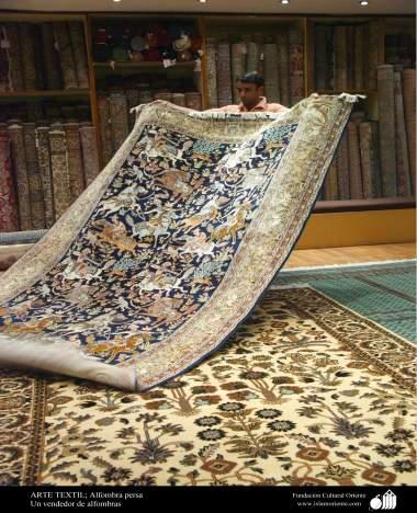 Tapete Persa - Um vendedor de tapetes expondo vários modelos