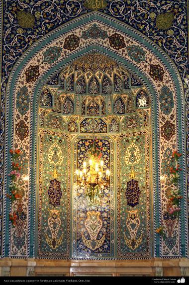 Islamic mosaics and decorative tile (Kashi Kari) - Arch with arabesques with floral motifs in Yamkaran mosque, Qom - 125