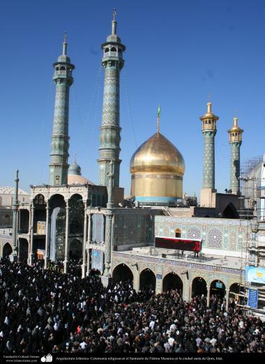Arquitetura Islâmica - Peregrinos participão de uma cerimonia religiosa no Santuário de Fátima Masuma (SA) em Qom