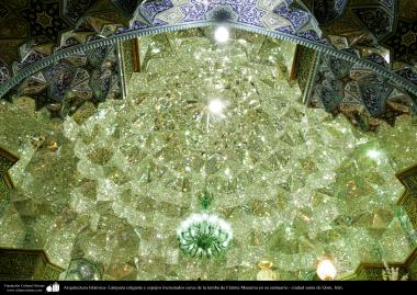 イスラム建築(イラン・コム市におけるファテメ・マスメ聖廟の幾何学的視覚デザインタイルと天井のシャンデリア)