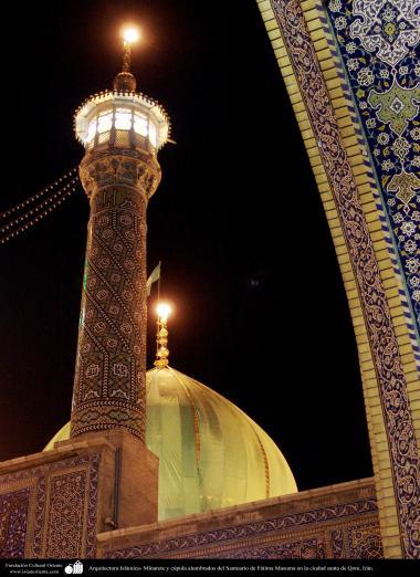 Arquitectura Islámica- Minarete y cúpula alumbrados del Santuario de Fátima Masuma en la ciudad santa de Qom